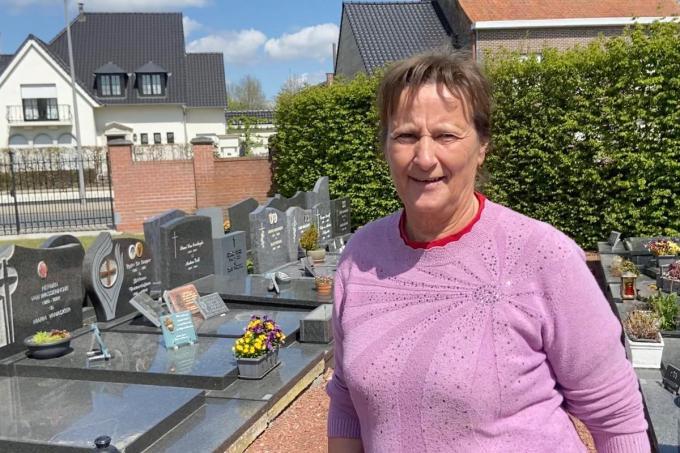 Rita De Vos op het kerkhof van Oeselgem, dat rond de kerk ligt. En die kerk ligt nog geen 200 m van Oost-Vlaanderen© KVdm