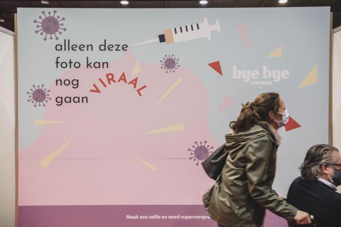 De selfiehoek van Hurae in vaccinatiecentrum Vaxpo in Kortrijk. (foto Olaf Verhaeghe)