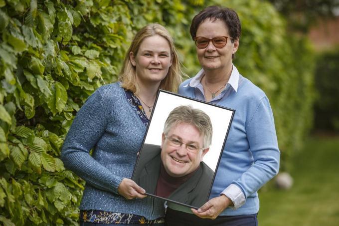 Julie Vanhie en Katrien Degreve weten dat hun vader en echtgenoot heel wat dromen heeft kunnen realiseren in zijn leven dat uiteindelijk veel te kort bleek.©Jan Stragier Jan Stragier