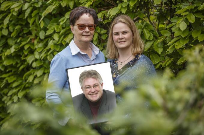 Echtgenote Katrien Degreve en dochter Julie Vanhie met een portret van Paul Vanhie die tien jaar geleden verongelukte.©Jan Stragier Jan Stragier