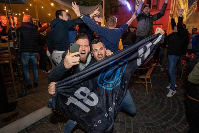 Supporters vieren de 17de landstitel van Club Brugge.©KURT DESPLENTER BELGA