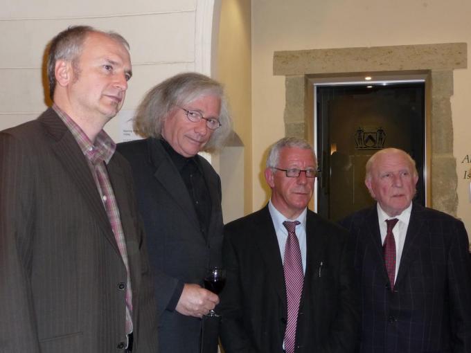Nieuwe voorzitter Koen D'Haene, dichter Patrick Lateur, ex-voorzitter Jooris Van Hulle en ere-voorzitter Fernand Bonneure.©GF