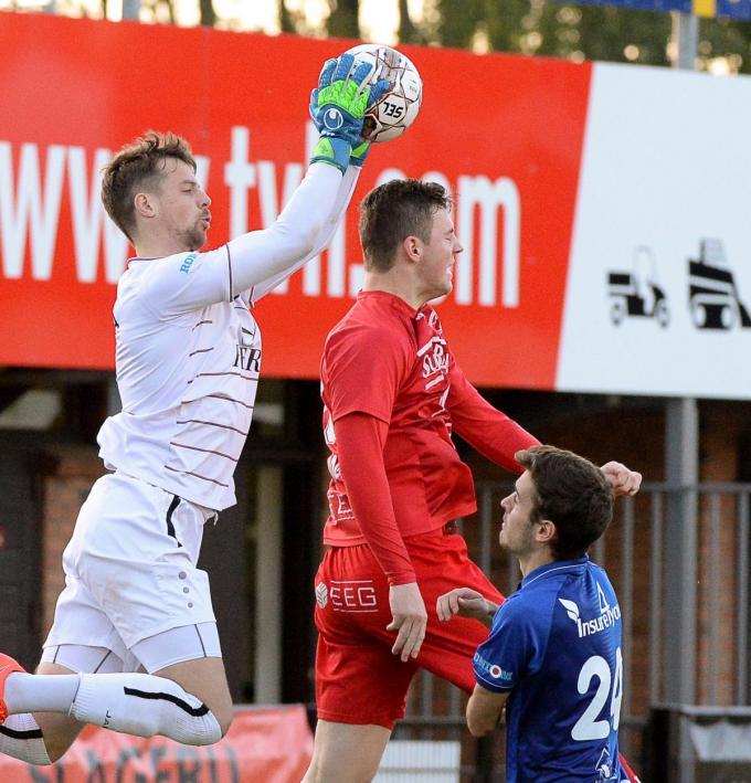 Lars Knipping plukt hier namens SK Ronse de bal boven de hoofden van Lennart Sampers van FC Gullegem.©Dirk Vuylsteke / VDB VDB
