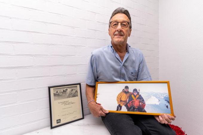 Jan Gebbert met de foto waarop hij samen met zijn vriend Stefaan Vandorpe op de top van de Mont Blanc staat.© (Foto LC)