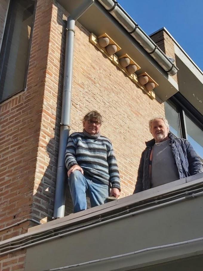 Marcel en Dan onder de kunstnesten die ze bij De Wassenaard hebben gezet.© (Foto GF)