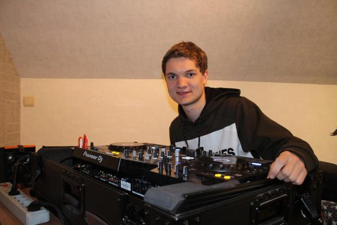 Deejay Robin Tandt vond het jammer dat zijn vader de winst in de DJ-contest niet meer kon meemaken. (foto JF)