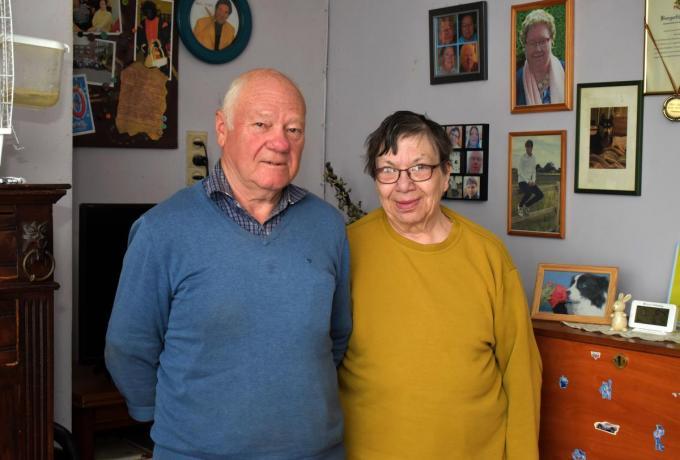 Voorzitter Jacques Goeman en echtgenote Ria Mommerency die secretaris was, stoppen bij S-Plus Vlamertinge. (foto EG)