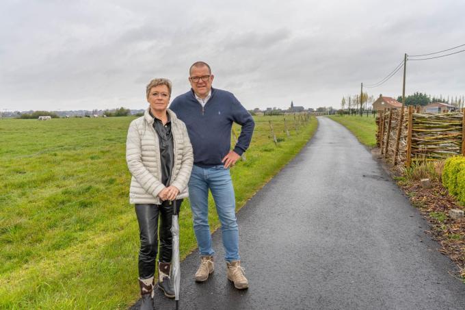 Voorzitter Véronique Callewaert en penningmeester Dirk De Jonghe van wandelclub De Schoeslieters hopen deze zomer eindelijk weer wandelingen voor de hele groep te mogen organiseren. (foto LC)©luc cassiman 0473616028 MIDDELKERKE