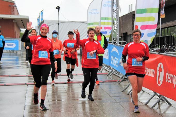 Een delegatie van AZ Groeninge vertrekt voor de 11 kilometer.© (Foto JVGK)
