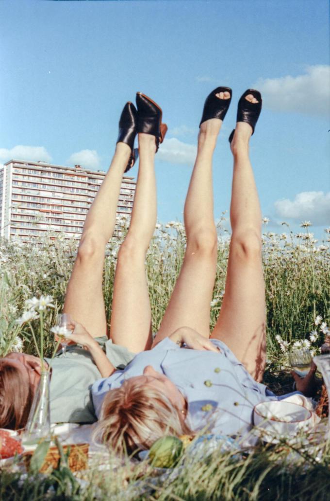 Tijdloze lederen zomerschoenen (links 280 euro, rechts 235 euro) van het Belgische label 05-05.© 05-05