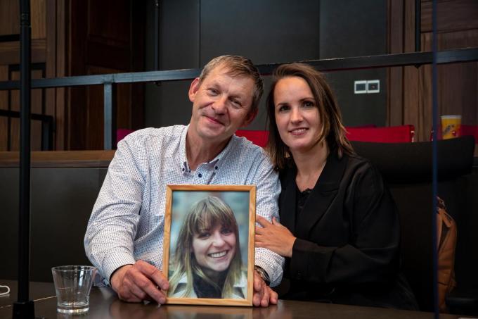 Daniël Muylle en advocate Charlotte Verhaeghe, bij een foto van dochter Sofie.© Kurt