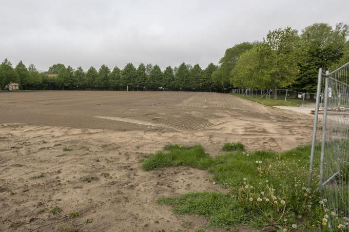 Onder het voetbalveld op het Kerelsplein steekt een gigantisch bufferbekken. (foto SB)©STEFAAN BEEL Stefaan Beel