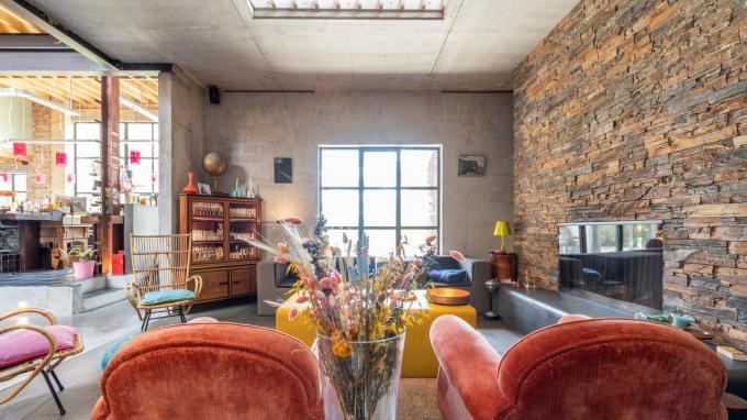 """""""Dit is een leefhuis"""", vertelt Marie De Clerck over de vlasloods die ze samen met haar man Vincent omvormde tot woning. """"We hebben drie kinderen die zich overal in huis mogen uitleven."""" (Foto's Pieter Clicteur)©Pieter Clicteur;Pieter Clicteur"""