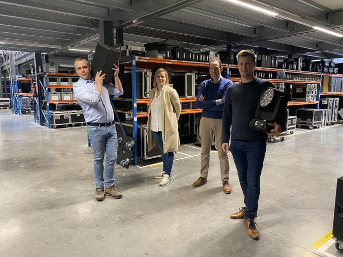 Nico Lameire en Katrien Vermeire van John & Jane slaan de handen in elkaar met Lieven Tacq en Thomas Vandekerkhove van Creative Rental Solutions.© foto RV