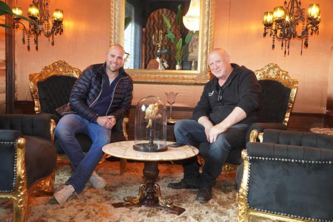 Kevin en Roland in één van de knap ingerichte salons van Bar Jacqi.© foto Luc