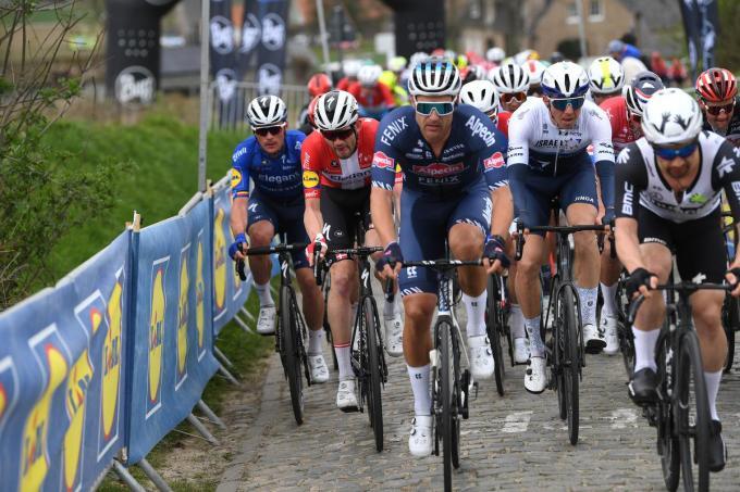 Jonas Rickaert (centraal) reed nog nooit een grote ronde, Yves Lampaert, Kasper Asgreen (links), Sep Vanmarcke en Victor Campenaerts (rechts) wel.©Tim de Waele Getty Images