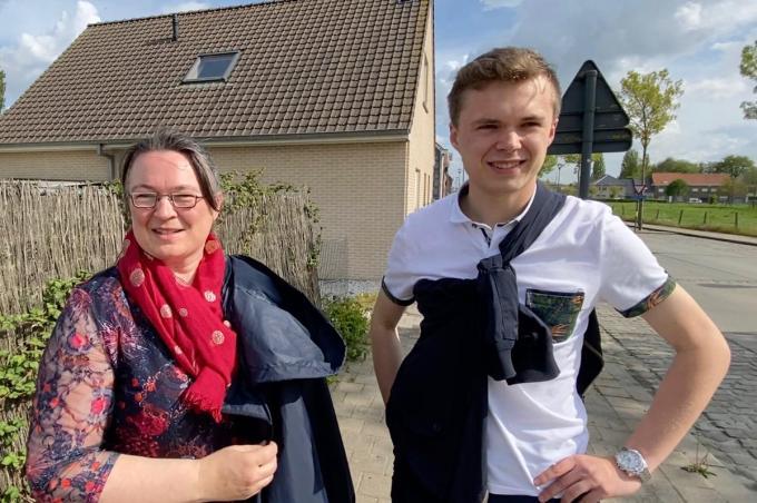 """Mieke Prinzie met zoon Hannes Herrebout: """"Jammer dat er in de bebouwde kom van Jonkershove niet meer mag gebouwd worden.""""© KVdm"""