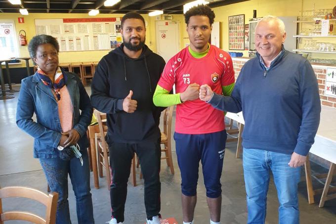 Natanael Bonjean beklinkt met een vuistje met sportief manager Patrick Rotsaert zijn transfer naar Winkel Sport. Links zie je de ouders van Natan. (gf)