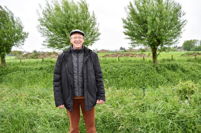 Schepen Yves Lambrecht in het doodlopend deel Statiestraat, waar de Speibeek wordt ingekokerd. (foto TVW)©TOM VAN HOUTTE