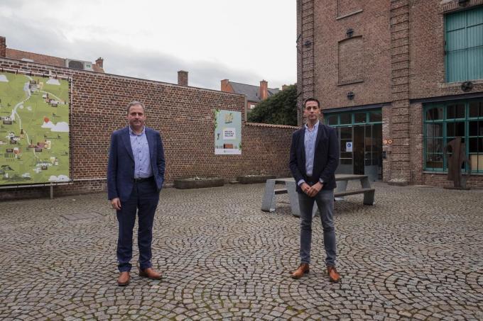 Burgemeester Christof Dejaegher en schepen Klaas Verbeke op de site van het hopmuseum, waar de nieuwe stadsbrouwerij zal worden ondergebracht. (foto MD)©MICHAEL DEPESTELE