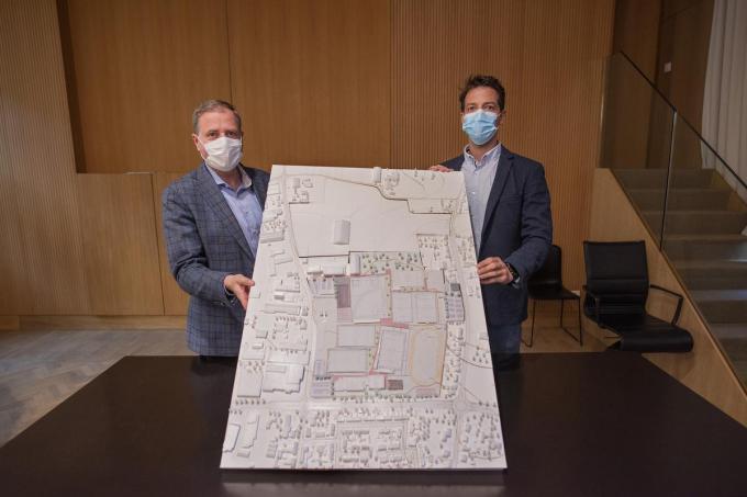Burgemeester Christof Dejaegher en schepen Klaas Verbeke met de maquette van de aanpassingen aan de toekomstige sportzone. (foto MD)©MICHAEL DEPESTELE
