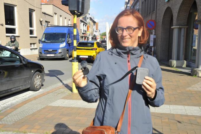 Carol Cartigny met een Telraam-toestel in de Stationstraat. (foto GST)