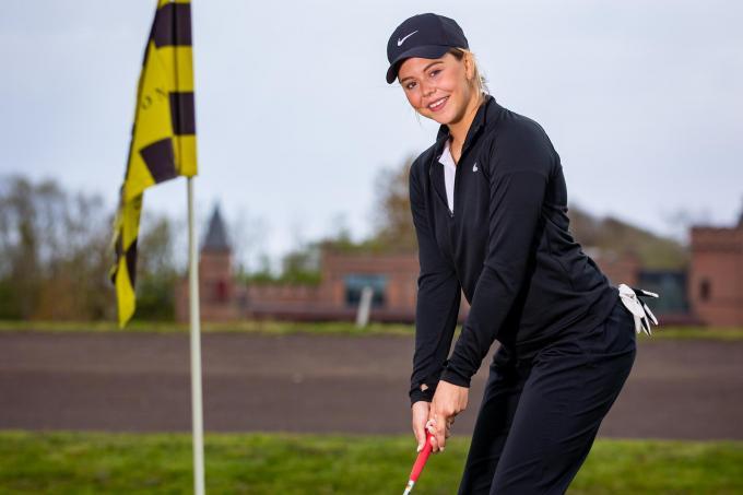 """Malak Benlakhdar is een van de vele vrouwen die sinds kort verslingerd is aan de golfsport. """"Het mooie aan golf is dat je je hoofd helemaal leeg kan maken.""""© Foto Kurt"""