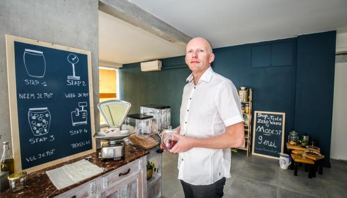 Donal Riordan baat sinds 2019 de kruidenierszaak Modest in Oostende uit.©Benny Proot