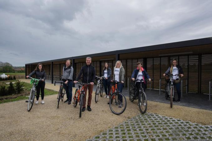 De medewerkers van RFN nemen de nieuwe fietsenstalling in gebruik.© (Foto MD)