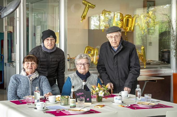 Erika Denijs, Marino Kimpe, Mariette Descheemaeker en Marcel Cappelle zijn gezellig aan het tafelen in het sociaal restaurant Te Goare.© (Foto JCR)