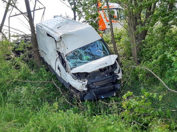 De bestelwagen belandde in de struiken langs de E403.© BF
