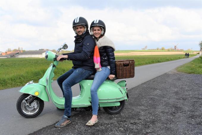 Nicolas Vannieuwenhuyze en Céline Desmet op een van hun e-scooters op de grens van Dentergem en Tielt.©TOM VAN HOUTTE
