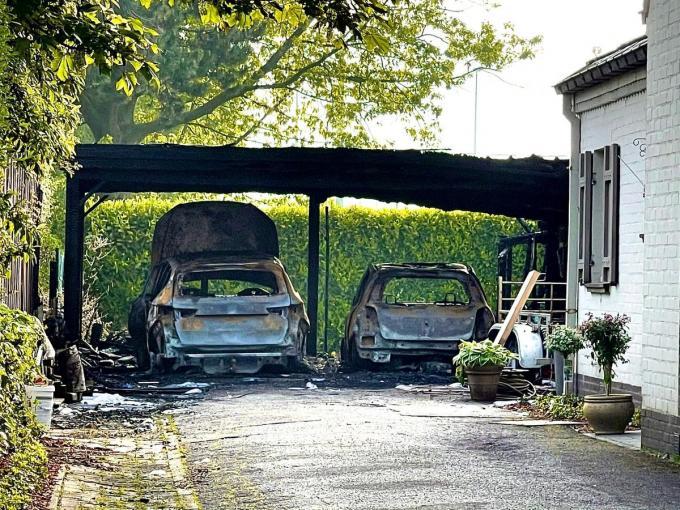 De twee auto's brandden helemaal uit.© JVM