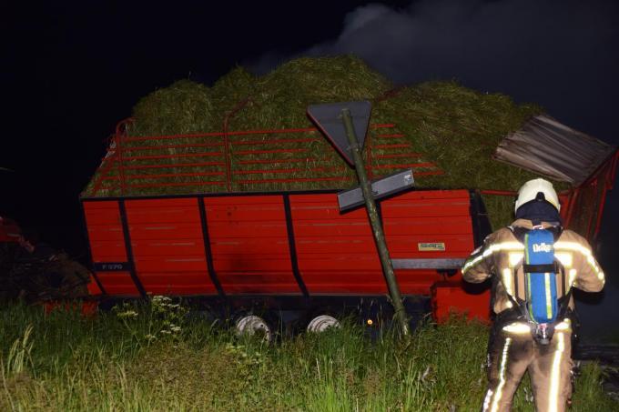 Ook de hooiwagen zelf liep flink wat schade op.© JH