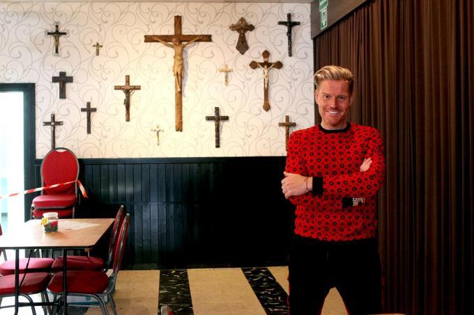 Michael bij meerdere van zijn kruisbeelden uit zijn verzameling.© PADI/Daniël