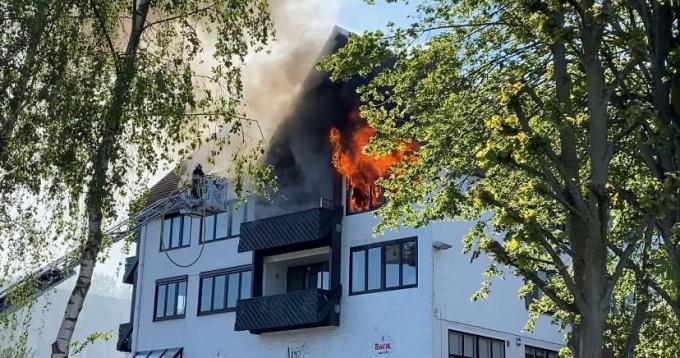 De vlammen sloegen uit het gebouw.© PNW