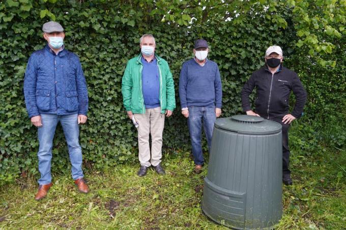 We zien v.l.n.r.: Dirk Verwilst, Danny Bossuyt en compostmeesters Humberto Gadeyne en Daniël De Fraeye. Filip Desplenter was verontschuldigd. (foto Luc)