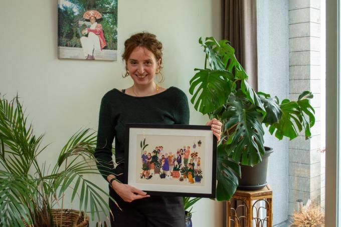 Het familieportret dat Emma Joye voor haar mama tekende dook onverwacht op als kaart in de Wevelgemse Bib. (foto SLW)©Stefaan Lernout
