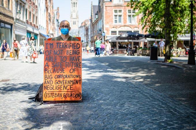 Wouter Mouton tijdens zijn klimaatactie in de Steenstraat in Brugge.© Davy Coghe