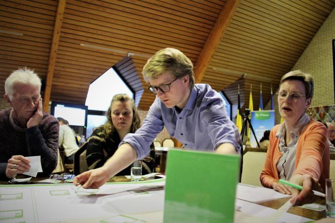 Schepen Brecht Warnez aan de klimaattafel waaraan hij samen met inwoners nadenkt over een klimaatplan.© (Foto KV)