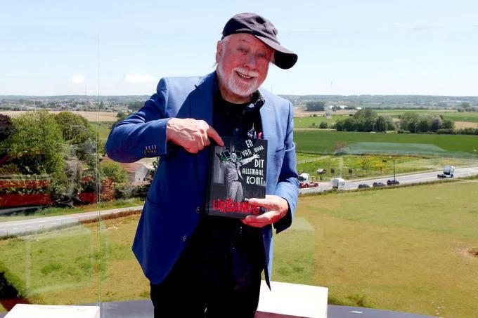 Urbanus met zijn autobiografie in de hand bovenop de watertoren in Lembeek.© PADI/Daniël
