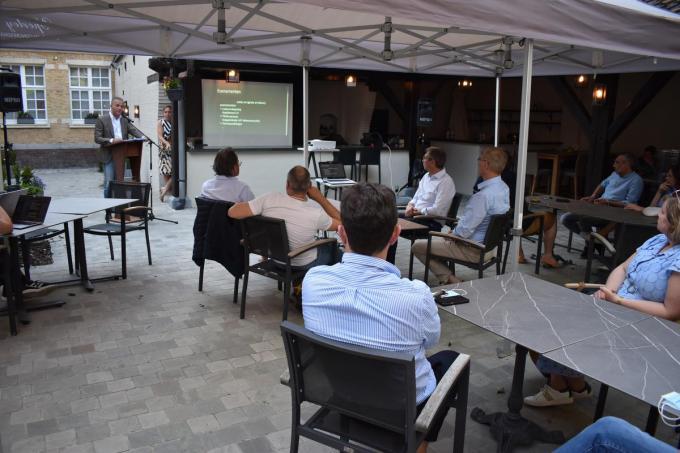 Peter De Groote licht een aantal voorstellen van het relanceplan toe aan de aanwezige ondernemers en geïnteresseerden. (Foto TOGH)