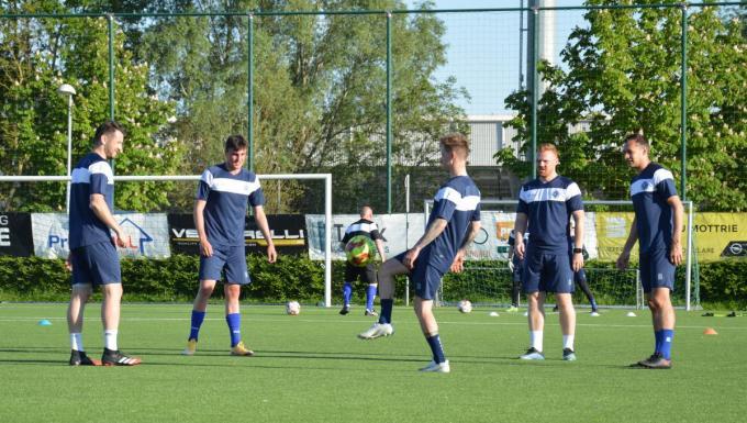Sven De Rechter (vierde van links) haspelde gisteren zijn eerste training met SKRD af op Schiervelde. De gewezen Belselenaar speelde eerder ook al zes seizoenen voor het vorig jaar failliet gegane KSV Roeselare.© SBE