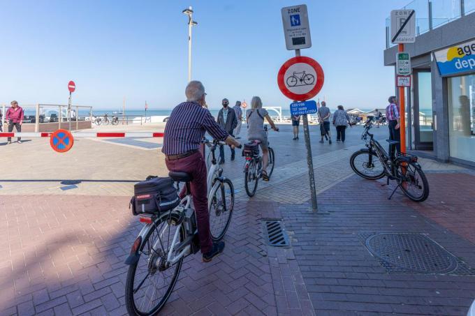 Op dinsdag 1 juni werd het fiets- en gocartverbod op de Middelkerkse zeedijk aangekondigd met borden, maar niet door iedereen gevolgd.© Luc Cassiman