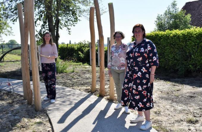 Clustercoaches Kinsey Depuydt en Eveline De Winter flankeren directieassistente Heidi Lievrouw aan de muziekstaven op houten palen.©TOM VAN HOUTTE foto TVW