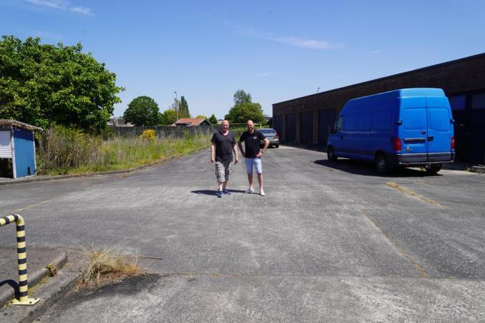 Kevin en Roland op het nog om te toveren terrein.© (Foto LB)