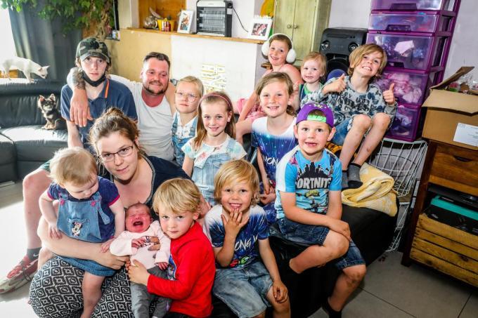 Kelly De Loose en Nathan Vandeputte uit Wenduine met hun 12de kindje.© Benny Proot