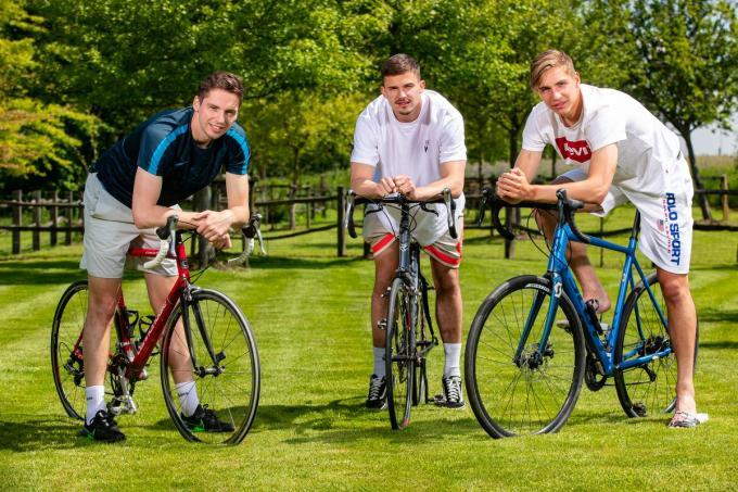 """De broers Dendoncker: Andres, Leander en Lars: """"Waren we geen voetballer geworden, dan waren we coureur geworden.""""©Kurt Desplenter Foto Kurt"""