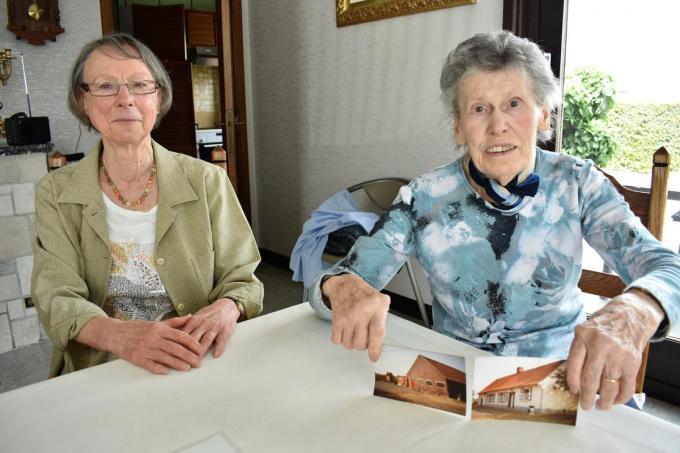 Anne-Marie Geeroms en Leona Denolf, die een foto van de ouderlijke hoeve op de Neerhoek toont.©TOM VAN HOUTTE foto TVW