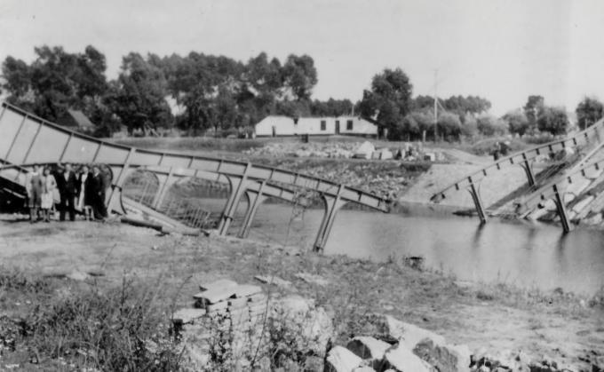 De vernielde Neerhoekbrug met op de achtergrond de hoeve Martens.© Archief Heemkring Zulte
